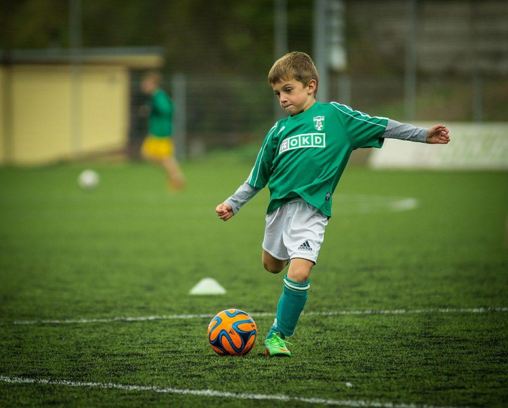 7f045970a Strój piłkarski młodego zawodnika | Konspekty Piłka Nożna